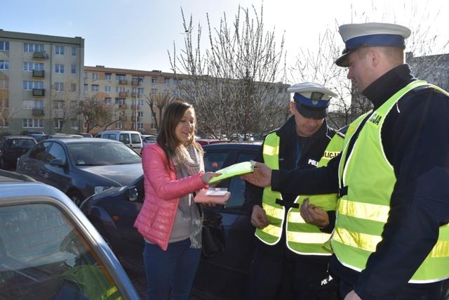 Kamizelki odblaskowe z okazji Dnia Kobiet od śremskiej policji
