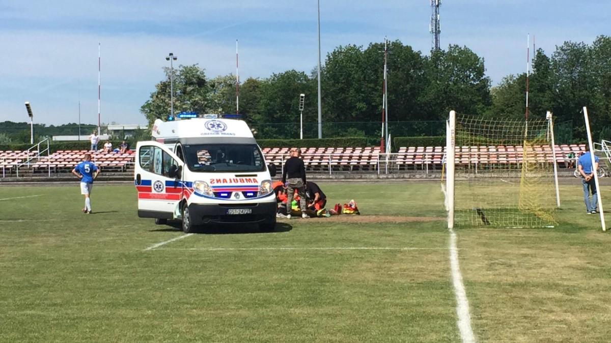 Karetka pogotowia na murawie stadionu w Śremie po groźnym upadku bramkarza Lecha Poznań