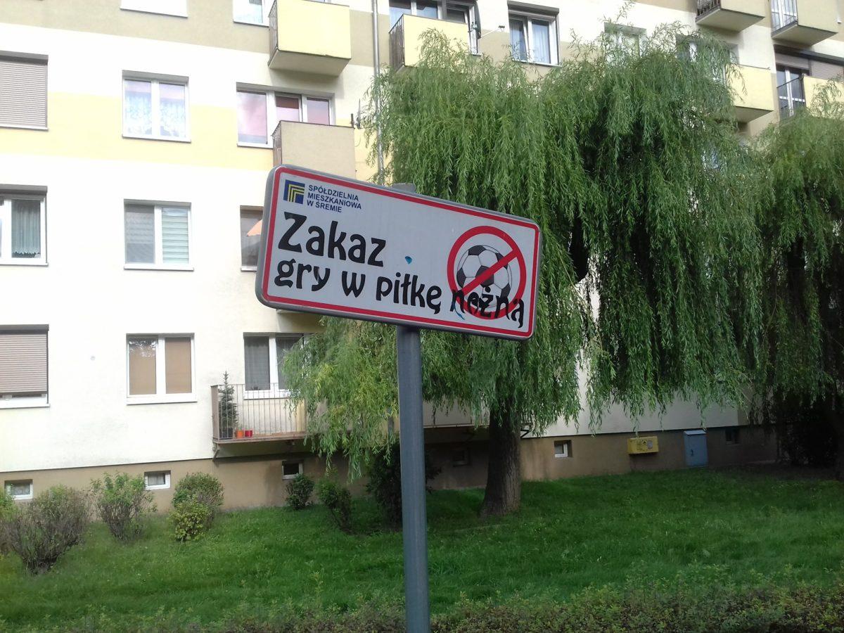 Zakaz gry w piłkę na boisku przy ul. Chłapowskiego 16